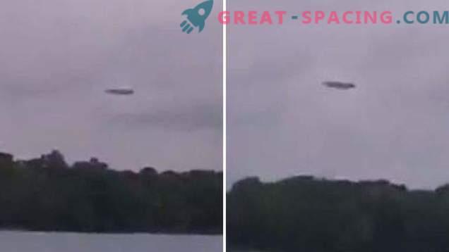 ¿Plano cuadrado o ovni? Los cazadores de inteligencia extraterrestre capturaron una formación extraña en el cielo