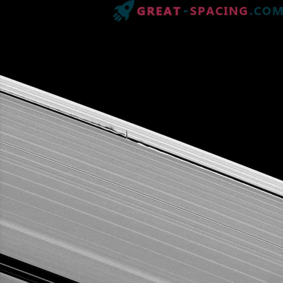 Cassini se acerca a la luna de Saturn Daphnis