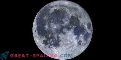 Un mosaico de color de la luna llena revela mares titánicos azules