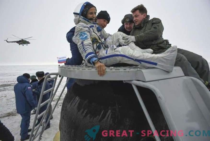 El astronauta y dos astronautas regresaron de la ISS
