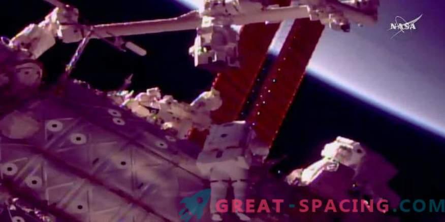 Gli astronauti impostano un nuovo braccio robotico