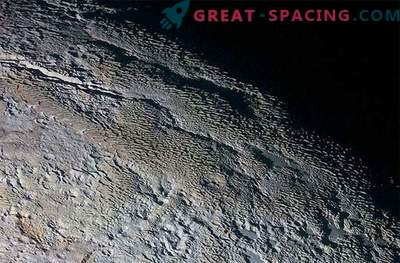 La misteriosa gira de Plutón: un paisaje extraño que se parece a la piel de serpiente