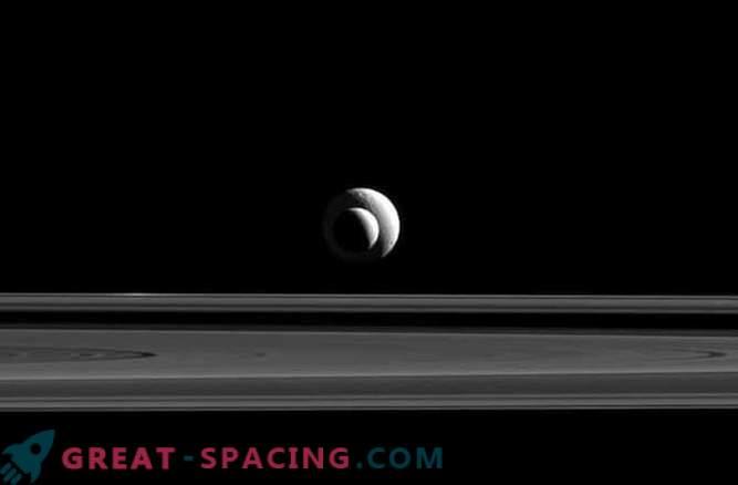 La posición perfecta de los satélites de Saturno