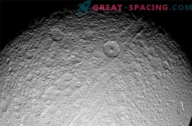 ¿Los anillos de Saturno y los satélites más jóvenes que los dinosaurios?