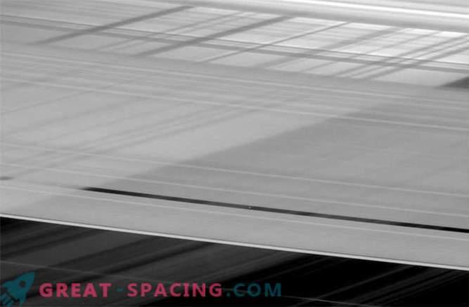 Los anillos que se cruzan de Saturno ocultan la pequeña luna