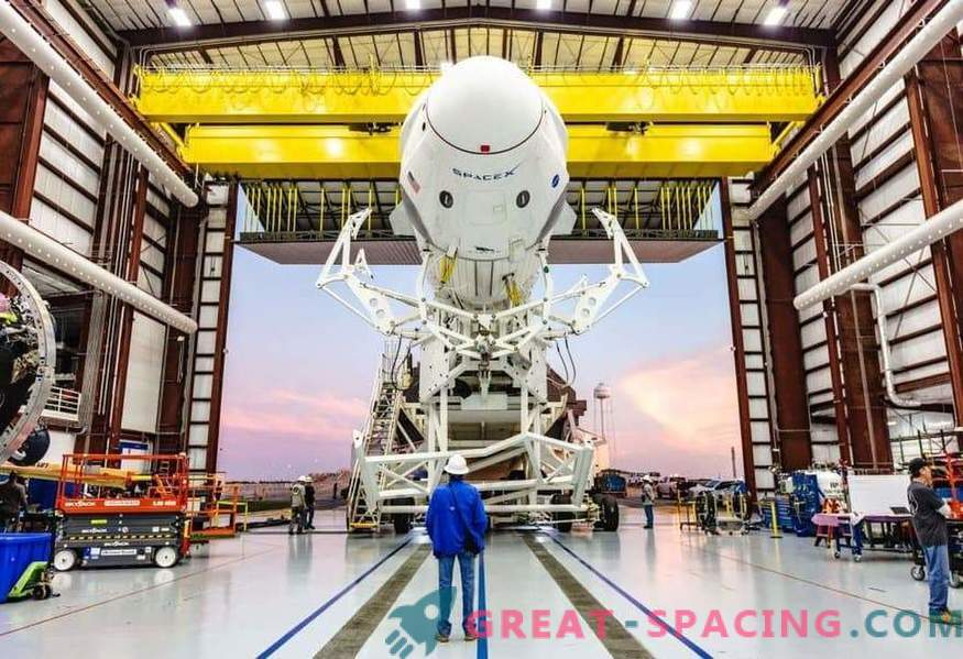 El primer equipo de SpaceX en la plataforma de lanzamiento