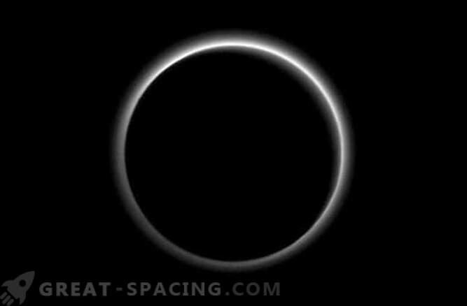 El equipo de New Horizons encuentra una nube de hielo flotante en Plutón.